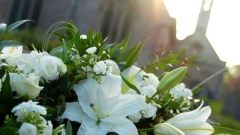 white-lilies-roses-funeral-flowers-spray